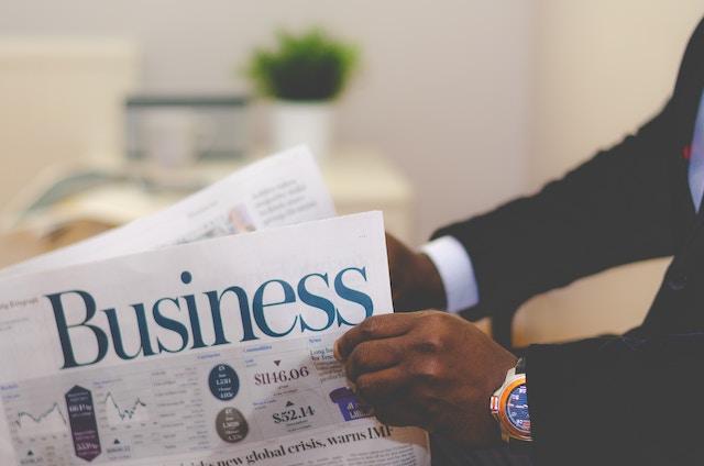 ビジネス英字新聞を読む男性