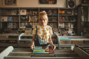 レコードを持つ女性