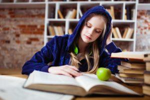 勉強をする外国人女性