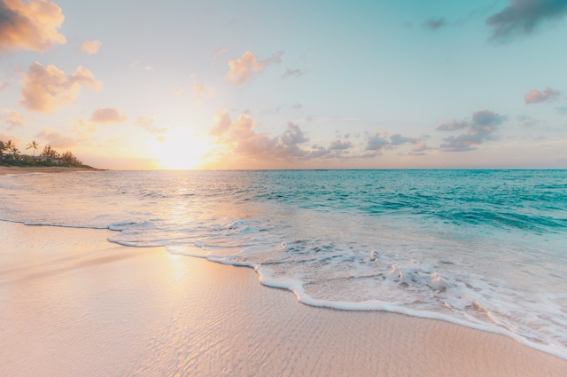 始まりを彷彿させる海の日の出