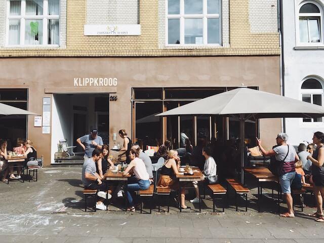 昼時のカフェ