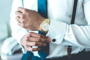 時計を身につける企業人