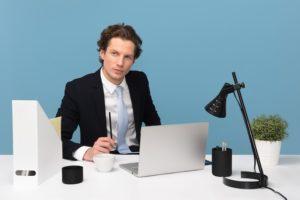 机に向かう外国人ビジネスマン