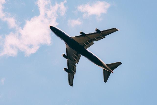 海外に向けて飛び立つ飛行機のイメージ