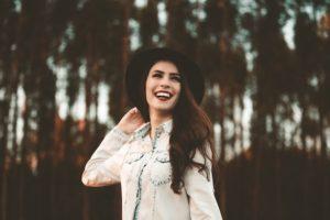 笑顔の外国人女性