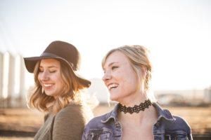 笑顔の2人の女性