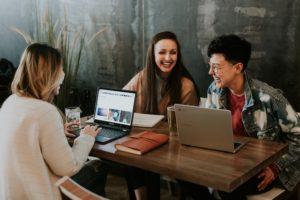 談笑しながら作業する大学生たち
