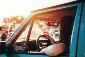 車を運転中の女性