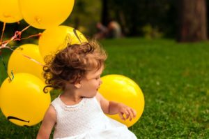 風船を背にした子供